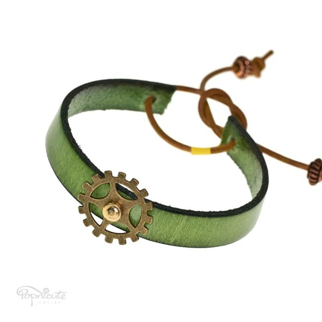 A darling green gear bracelet made of genuine leather. This steampunk-esq bracelet is fun for daily wear. Makes a great gift for a fashionable steampunk lover.